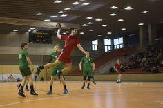 A Fotográfus OKJ tanfolyam résztvevőivel a budaörsi városi sportcsarnokban jártunk és a Tempó Budaörs kézilabdásainak mérkőzéseit fotóztuk. Basketball Court, School, Sports, Tops, Hs Sports, Sport
