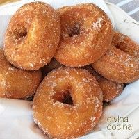 rosquillas-fritas-con-flan-de-sobre Flan, Hispanic Desserts, Mini Croissants, Sweet Dough, Spanish Dishes, Homemade Donuts, Pan Dulce, Dessert Decoration, Small Cake