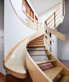 maison avec toboggan en bois massif avec escalier design et revêtement de sol en parquet massif