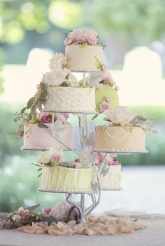 Events by Gia loves the idea of these separate tiered Wedding Cake!   #atlanta #eventstyling #eventcompany #corporateevent #eventsbygia #sherwoodeventhall #food #wedding #atlantawedding #atlantacatering #weddingideas #entertaining #atlantavenues #entertainment #partyideas #cateringdisplay #eventdecor #weddingcake