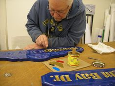 Handcrafting a FusionBoard HDU 3-D carved sign at Envirosigns