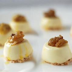 Vanilla panna cotta with coconut macaroons -- Must try. These bite size desserts are so cute I love panna cotta coconut macaroons! Bite Size Desserts, Köstliche Desserts, Healthy Desserts, Delicious Desserts, Dessert Recipes, Panna Cotta, Tapas, Un Cake, Coconut Macaroons