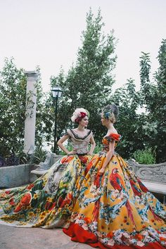 Tropical parrots, fresh watermelons, old statues and vibrant floral print ball-gowns at Dolce and Gabbana Alta Moda Portofino Fall Winter 2015 DGPortofino Haute Couture HC Couture Mode, Style Couture, Couture Fashion, Runway Fashion, Fashion Glamour, Fast Fashion, Look Fashion, High Fashion, Fashion Show