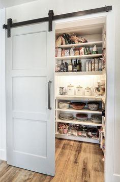 パントリーって、最近よく聞くけど…何のことかご存知ですか?キッチンの収納のことのような…ちょっと、調べてみました。