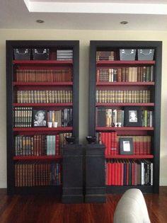 Las librerias tambien van en negro y rojo...