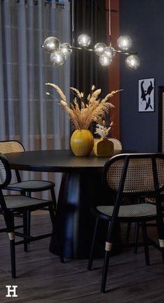 Wir zeigen euch in diesem Shop the Look, wie ihr Dunkles gekonnt in Szene setzt.   Höffner Interior Design Home neue Wohnung modern einrichten Vasen Kerzen Tipps Einrichtung Deko Ideen Wohnzimmer einrichten Trends Wohnideen Wohntrends Interiortrends 2021 Zuhause Haus