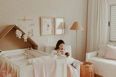 Ensaio Newborn Lifestyle em Curitiba | Recém-nascido em casa  Fotografia de família por Adrieli Cancelier Lifestyle, Wedding Dresses, Fashion, About Family, Family Photography, Home, Pictures, Bride Dresses, Moda
