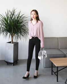Smooth-colored silhouettes – the undeniable charm of women in all situations – Photo - Korean Fashion Summer, Korean Fashion Casual, Korean Fashion Trends, Korean Street Fashion, Ulzzang Fashion, Korean Outfits, Japanese Fashion, Asian Fashion, Classy Outfit