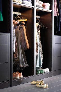 Epic PAX Kleiderschrank mit Einrichtung in Schwarzbraun mit Kleiderstangen in der H he von Kindern