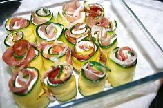 pirofila di vetro con rotolini di zucchine fresche Appetisers, Finger Foods, Mozzarella, Cucumber, Zucchini, Vegetables, Prosciutto Crudo, Rose, Projects