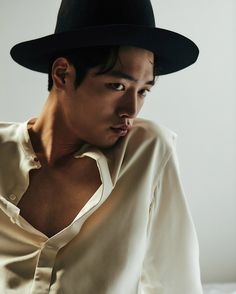 """With his drama """"Entourage"""" set to begin soon, Seo Kang Joon made both the November issue of Elle and GQ. In the issue of Elle, he appears with a small smile on his face as he faces the … Seo Kang Jun, Seo Joon, Korean Star, Korean Men, Asian Men, Korean Face, Asian Guys, Asian Actors, Korean Actors"""