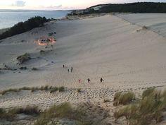 Beach wedding - guirlande de pompons - plage - mer - coucher du soleil - torches