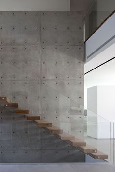 Kfar Shmaryahu House by Pitsou Kedem Architects - concrete wall and wood stairs linear strips Concrete Wall Panels, Concrete Stairs, Wood Stairs, House Stairs, Concrete Wood, Glass Stairs, Tile Stairs, Glass Railing, Stamped Concrete