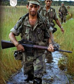 Portuguese paratroopers on Patrol with AR10 gun - African Colonial War 1961/74