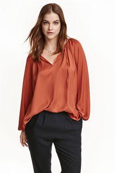 Blusa em cetim: CONSCIOUS. Blusa em cetim com corte largo, decote em V com…
