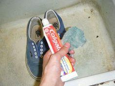 Reibe weiße Zahnpasta mit einer alten Zahnbürste auf Deine dreckigen Turnschuhe, um sie blitzsauber zu machen. | 20 normale Dinge in deinem Haushalt, die pfiffiger sind als du denkst