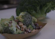 Vous allez changer d'avis sur le brocoli avec cette salade au bacon et cranberries