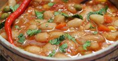Fasolea iahnie este o mâncare iubită de români, o mancare traditionala foarte sanatoasa si gustoasa. Desi se prepara usor, fasolea necesita timp de pregatire inainte de a o gati. Iata de ce ingrediente ai nevoie: 500 g fasole uscată, 2 cepe mari, 6 căţei usturoi, 250 ml bulion, 2 foi dafin, 2 morco