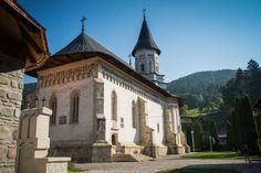 Biserica mare a Mănăstirii Bistrița (1402), Mănăstirea Bistriţa, sat Bistrița, comuna Alexandru cel Bun; stil moldovenesc; renovată între 1541-1546 de Petru Rareș și apoi de Alexandru Lăpușneanul în 1554