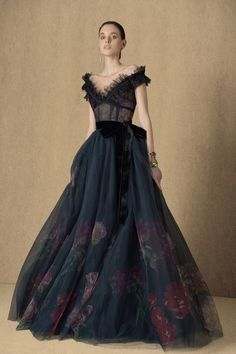 Elie Saab Pre-Fall 2020 Fashion Show - Elie Saab Pre-Fall 2020 Collection – Vogue - Elie Saab Couture, Style Couture, Haute Couture Fashion, Beautiful Gowns, Beautiful Outfits, Beautiful Models, Fashion 2020, Fashion News, Daily Fashion