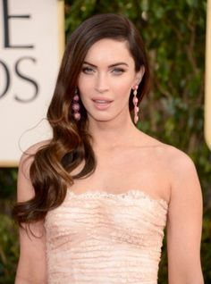 Globo de Ouro: Megan Fox combinou o maxibrinco com o tom suave do vestido. one sided hair