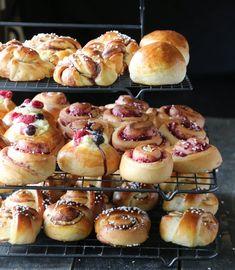 SØT GJÆRBAKST – GRUNNOPPSKRIFT OG FAVORITTER Dessert Drinks, Dessert Recipes, Desserts, Strawberry Shortcake Cupcake, Bread Baking, Afternoon Tea, Doughnut, Nom Nom, Muffin