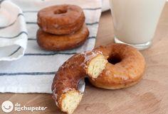 Cómo preparar los famosos donuts americanos. Una de las recetas que más se aproxima a la original, con naranja y cardamomo, esponjosos y llenos de azúcar, de rechupete. Preparación paso a paso y fotos