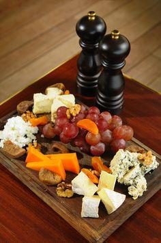 Assiette de fromages francais - Plate of French cheese (Camembert, Emmental français, Roquefort, Comté)