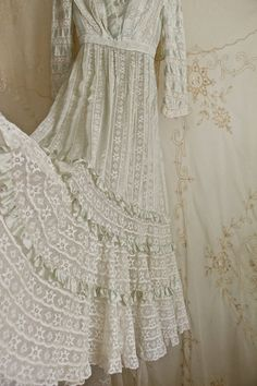 Hey, I found this really awesome Etsy listing at https://www.etsy.com/listing/236189575/breathtaking-antique-dress-wedding-dress
