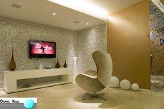 Projeto: Daniel Kalil Arquitetura  Este ambiente faz parte do Cyber Game Room.  A ambientação é colorida e leve, como imaginamos os espaços de lazer. As paredes revestidas de pastilhas multicoloridas e cintilantes dão o ar divertido ao espaço. A poltrona modelo Egg acompanha esta linha de decorar o espaço para conforto e diversão.  #DanielKalilArquitetura #SaladeTV #SaladeJogos #PastilhasColoridas #PoltronaEgg #CyberGameRoom #CasaCorSP2011 #EspaçoDeLazer #DecoraçãoColorida #Inovação
