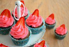 Smeuïge chocolade cupcakes met een heerlijke vanillecrème. Om het af te maken een aardbei boven in de toef.