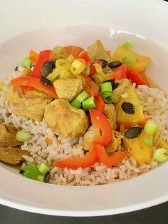 Gestoofd varkensvlees met een ananas-paprika curry. Een snel en eenvoudig midweek gerecht: Gestoofd varkensvlees met een ananas-paprika curry. Lekker en vooral snel klaar. #ananas #curry #midweek #stoofpotje #varkenscurry Pork Goulash, Pork Stew, Surprise Recipe, Pork Curry, Onion Vegetable, Pork Recipes, Pineapple, Bell Pepper, Good Food