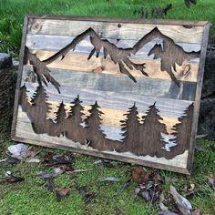 DESCRIPCIÓN Esta silueta de naturaleza cuenta con montañas y árboles, trayendo la naturaleza en su hogar. Es única, de un pedazo bueno que se hace fuera de pino teñido únicamente para que parezca madera rústica reciclada y ha un oscuro manchado de fondo para hacer la silueta