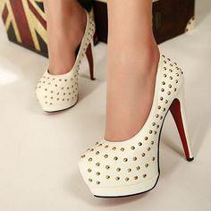Белые туфли с шипами