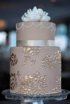 Torta de boda decorada con apliques y cinta alrededor de color dorado. #TortaVintage