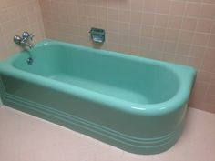 This just might be my dream vintage bathtub *swoon* such a perfect vibrant turquoise and i love the lines around the bottom - it also has a matching sink!!