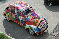 En hjemmestrikket Citroën 2CV gør op med den kedelige hverdag, mener Lars Tinus fra Odense. Hans kone og hendes makker har selv strikket den sammen. Strik den folkens.