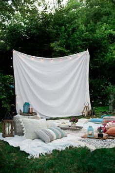 Draußen Drooling over this dreamy outdoor movie night, complete with a makeshift projector screen! Backyard Movie Night Party, Outdoor Movie Party, Outdoor Movie Nights, Outdoor Movie Screen, Outdoor Projector Screen Diy, Home Projector Screen, Backyard Movie Screen, Projector Ideas, Backyard Movie Theaters