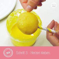 Tutorial Sonnen Cake Pop: Schritt 3 Herzen kleben Cake Pops, Cake Pop Tutorial, Fruit, Diy, Food, Bricolage, Handyman Projects, Cakepops, Do It Yourself