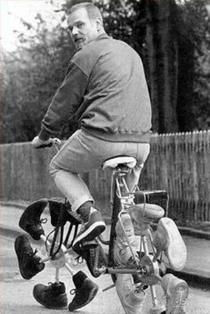 Funny Cycling Pictures show us that the wide world of cycling is broader than just the Tour de France and Lance Armstrong. People enjoy this sport on many sizes and styles of cycles. Inventions Folles, Pimp Your Bike, Weird Inventions, Velo Vintage, Vintage Bicycles, Unusual Things, Cool Bikes, Funny Pictures, Amazing Pictures