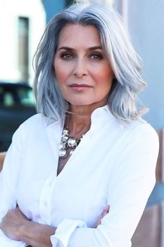 99 Beautiful Women Short Hairstyles Ideas For Fine Hair To Try - Weißes Haar Grey Hair Over 50, Grey Hair Wig, Long Gray Hair, Ombré Hair, Black Hair, Hair Wigs, Short Hair Over 50, Hair Cuts For Over 50, Green Hair