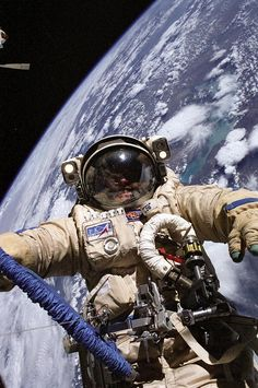 """"""" Why are NASA's space suits so much clunkier than the ones in science fiction or video games? """" NASA has a real problem with the space suits that they stick their astronauts in to perform space walks. Cosmos, Space Facts, Facts About Space, Space And Astronomy, Hubble Space, Astronomy Facts, Astronomy Science, Galaxy Space, Earth From Space"""