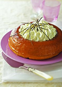 Savarin with brown rum-Savarin au rhum brun Easy to make thanks to our step-by-step recipe, the rum savarin is tasty! Also discover the tips to succeed in this XXL version of the famous rum baba. Delicious Desserts, Dessert Recipes, Yummy Food, Sweets Cake, Cupcake Cakes, British Sweets, Almond Cakes, Confectionery, Recipes