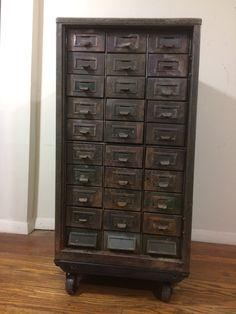 Siglo pasado industrial acero mueble de varios cajones.
