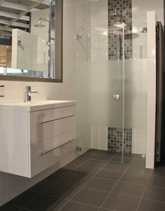 Moderne badkamer met inloopdouche. Deze compacte badkamer laat zien dat een kleine ruimte geen excuus is voor het ontbreken van luxe.