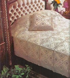 Crochet Bedspread and pillows -- free pattern (over 2 pages) Crochet Books, Crochet Home, Crochet Tablecloth, Crochet Doilies, Crochet Bedspread Pattern, Manta Crochet, Filet Crochet, Vintage Crochet, Bed Covers