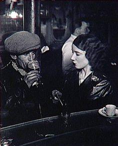 Couple au zinc d'un bistrot, rue de Lappe © Brassaï, vers 1933 ...rue de Lappe - Paris 11e