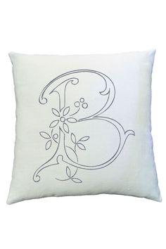 Декоративная подушка с вышитой монограммой http://vintage-trend.ru/product/189/1641/Dekorativnaya_podushka_vyshivka.html
