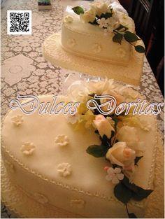 Torta de matrimonio en forma de corazón en finos detalles de masa elástica.