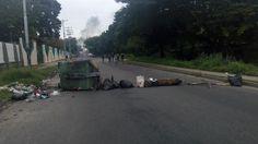 Venezuela amanece con trancas espontaneas, cansados del juego de la MUD: sin rumbo y sin resultados, solo se a obtenido muertos. Pueblo de venezeula parece tomar el control de la resistencia.